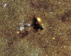 Яркое звездное скопление NGC 6520 и темное облако странной формы Barnard 86