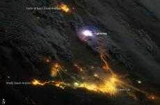 Потрясающий разряд молнии над Ближним востоком. Вид из космоса