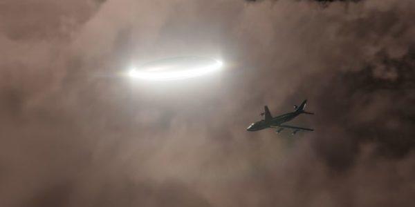 НЛО преследует самолет