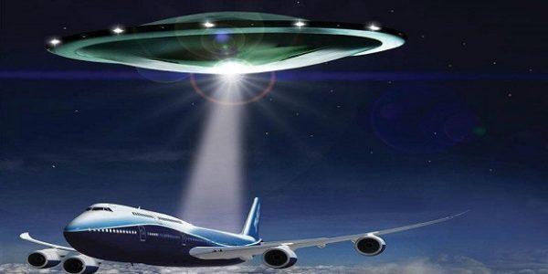НЛО сопровождает самолет