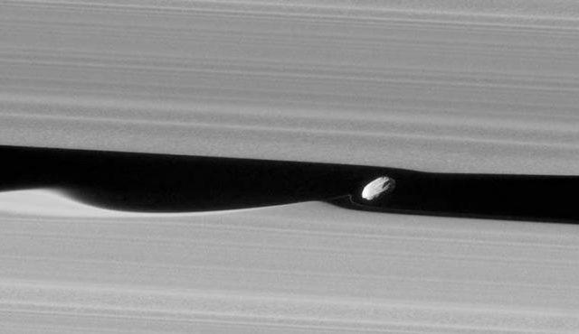 Зонду «Кассини» удалось запечатлеть создателя волн в кольцах Сатурна