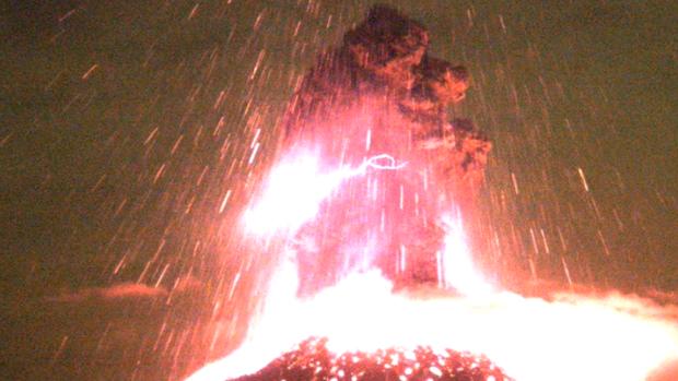 Видео: потрясающее извержение вулкана в Мексике