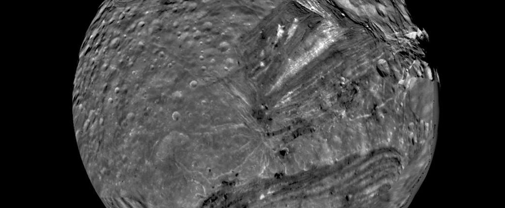 NASA опубликовало фото спутника Урана после окончательной обработки
