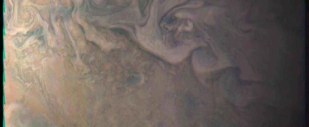 Зонд Juno сфотографировал малое Красное Пятно Юпитера с близкого расстояния