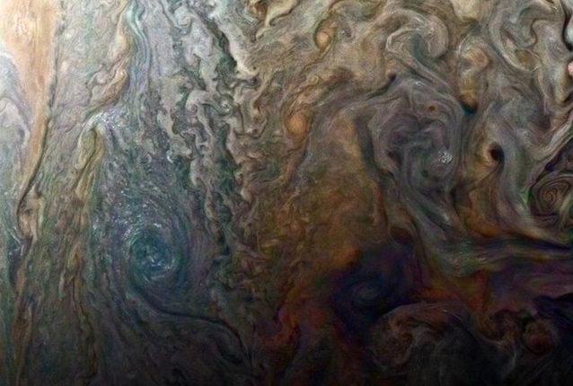 Зонд Juno прислал новые гипнотизирующие фотографии Юпитера
