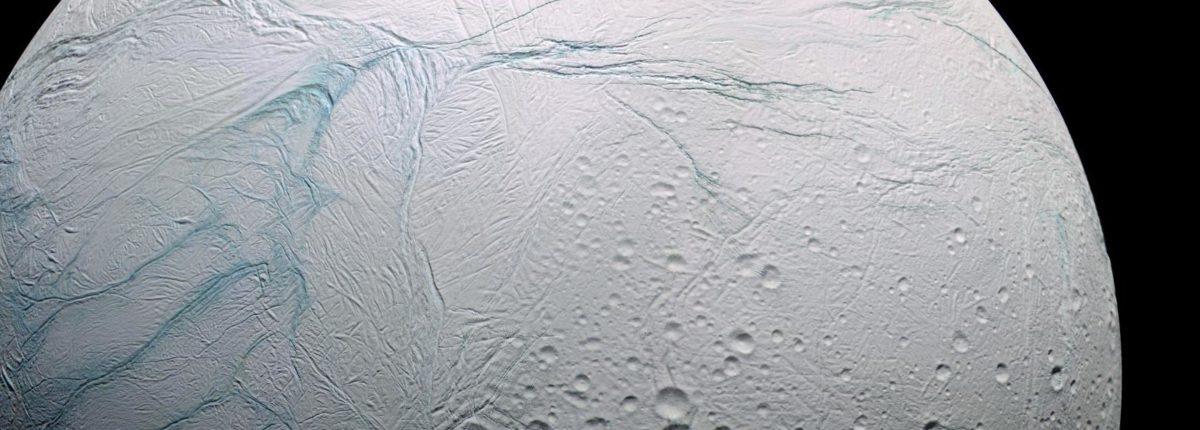 Столкновение с астероидом сильно изменило ось вращения Энцелада