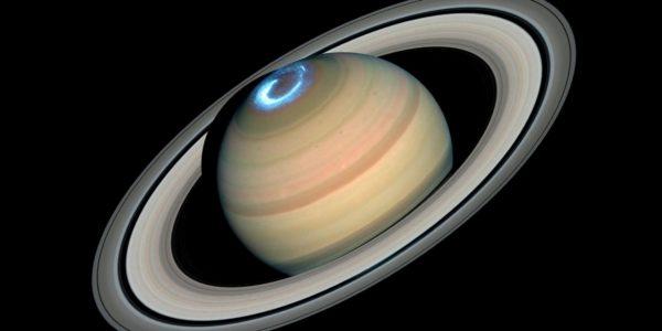 Хаббл следит за Северным сиянием на Сатурне