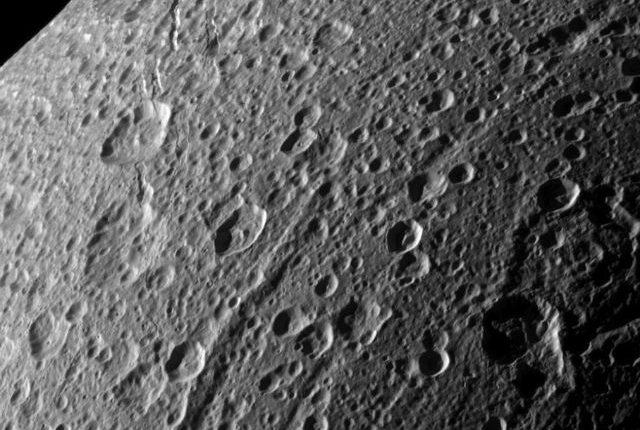 На спутнике Сатурна Дионе обнаружены странные полосы