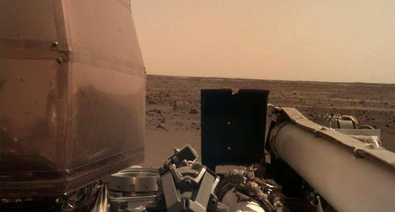 Зонд InSight прислал первые фотографии с Марса