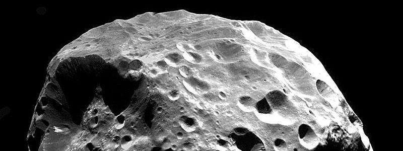 Астрономы не могут объяснить происхождение одного из спутников Сатурна