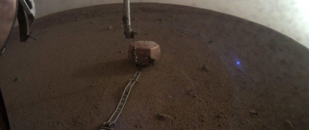 НАСА объяснило происхождение странного голубого света на снимках Mars InSight