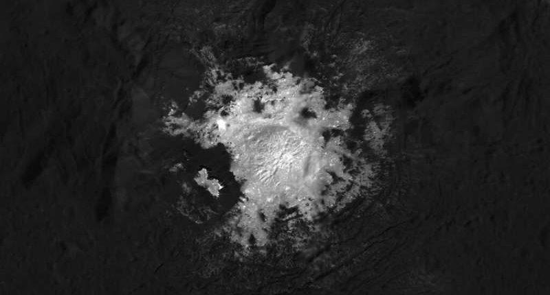 Новые подробности о белых пятнах на Церере поразили планетологов