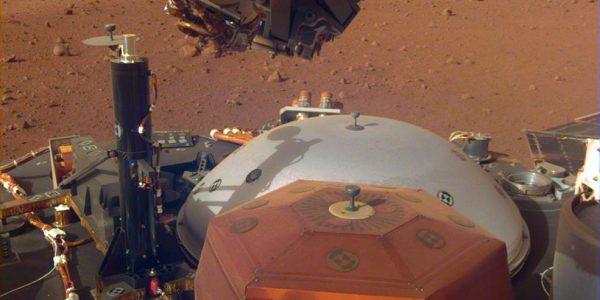 Марсианский зонд InSight защитил сейсмометр от ветра