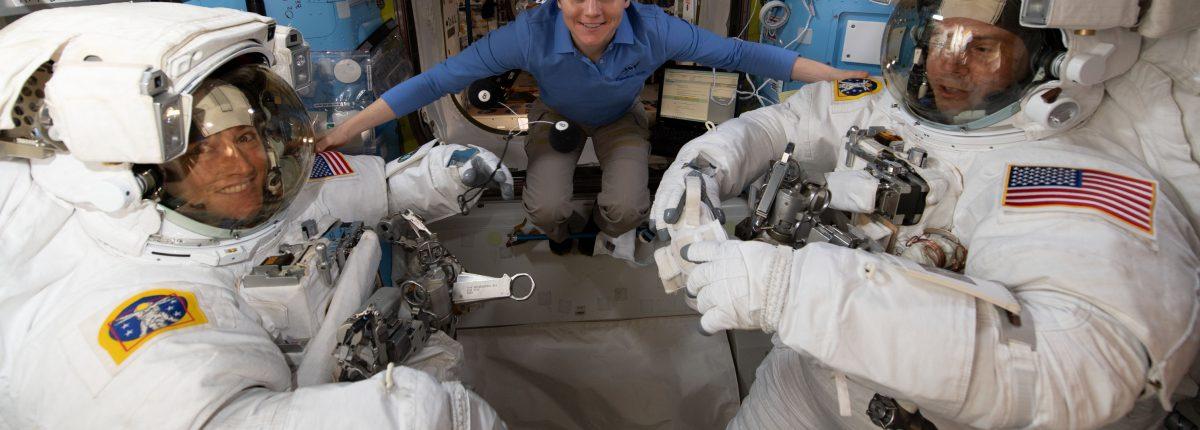 Астронавты вышли в открытый космос для замены батареи на МКС