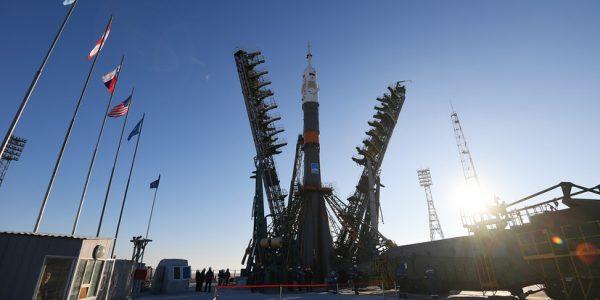 Ракету с кораблём «Союз» установили на стартовый стол на Байконуре
