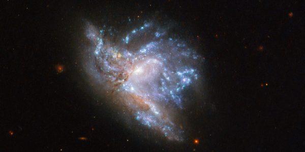 Телескоп Хаббл наблюдает столкновение двух галактик