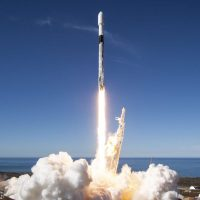 SpaceX запустила ракету Falcon 9 с тремя спутниками на борту