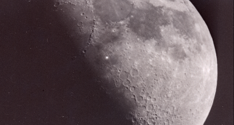 Что вызывает вспышки света на Луне?