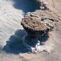Невероятные снимки извержения вулкана Райкоке из космоса