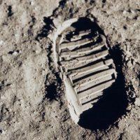 Российский спутник поищет следы высадки американцев на Луну