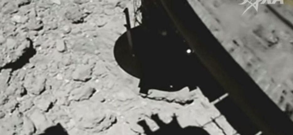 Японский космический корабль Hayabusa2 только что совершил историческую посадку на астероид