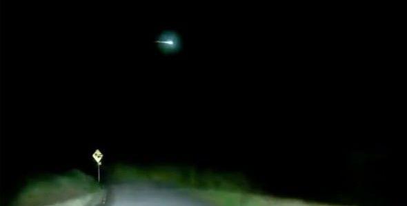 Видео: огромный огненный шар в небе над Ирландией