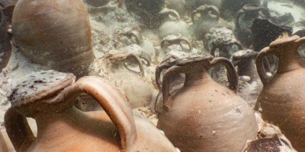 Около 100 загадочных амфор были обнаружены на месте древнеримского кораблекрушения