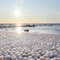 Сотни удивительных «ледяных яиц» вымыло на финском пляже