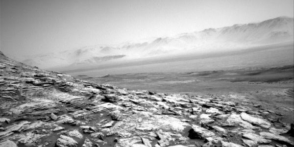 Curiosity отправил мрачный снимок пустынного пейзажа Марса