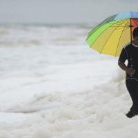 Ядовитая белая пена покрыла индийский пляж