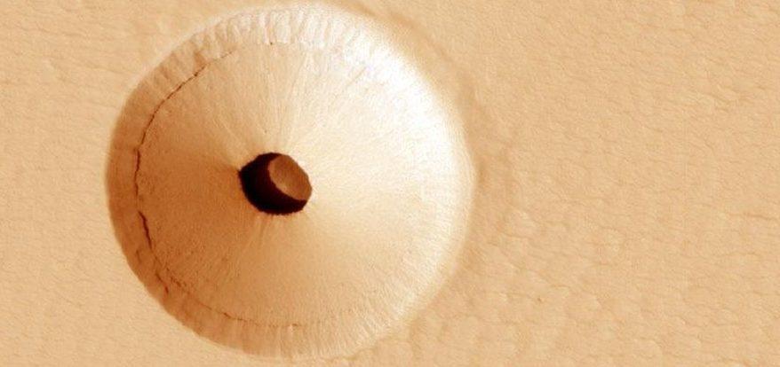 Что это за странная дыра на Марсе?