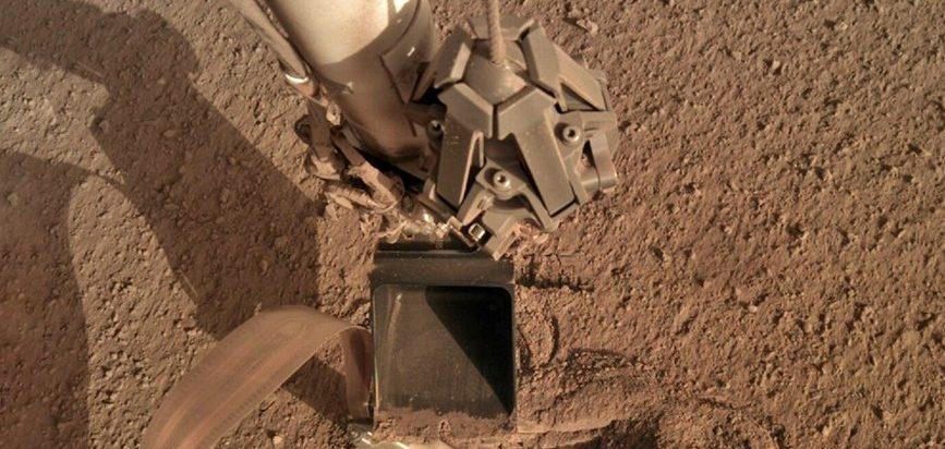 Марсианский модуль ударил себя лопатой, чтобы освободить зонд