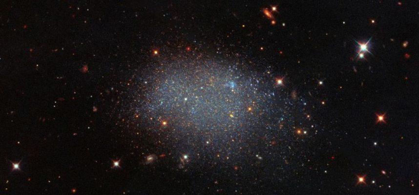 Удивительная галактика, изолировала сама себя в космической пустоте