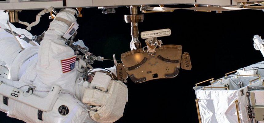 Космонавт потерял зеркало при выходе в открытый космос