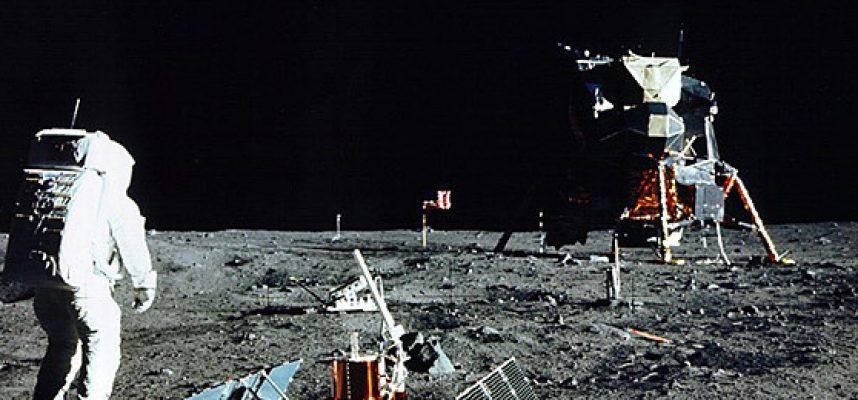 Высадки на Луну не было? Астроном объяснил, почему на снимках миссии Аполлон 11 не видно звезд