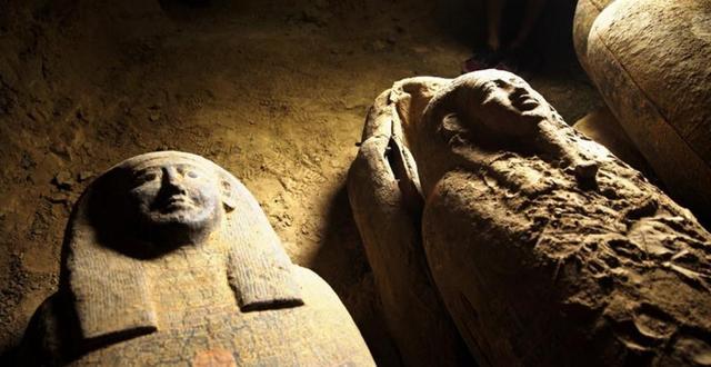 Египетские власти обнаружили 13 нетронутых саркофагов, возрастом 2500 лет