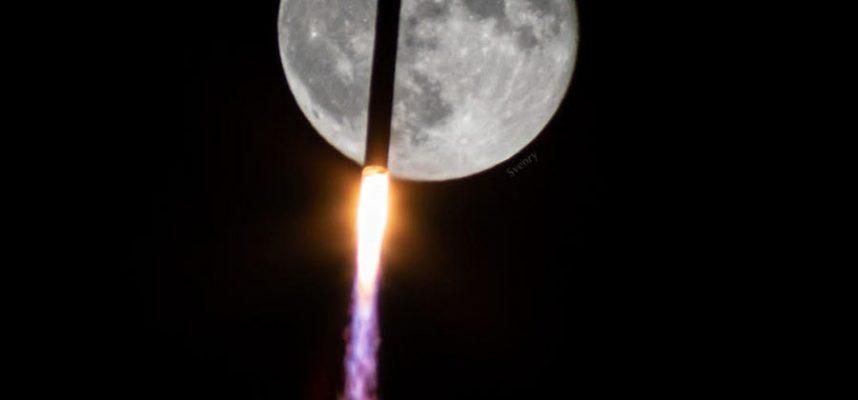 Невероятный снимок пролета ракеты перед Луной. Вот как это было