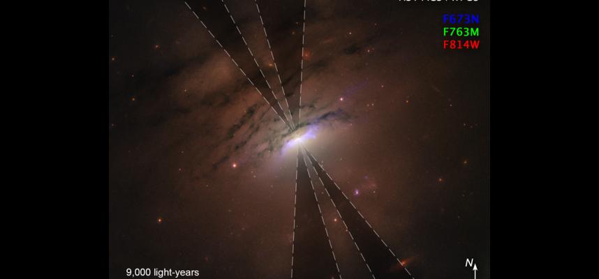 Хаббл запечатлел «черные лучи» из черной дыры, зияющие в космосе