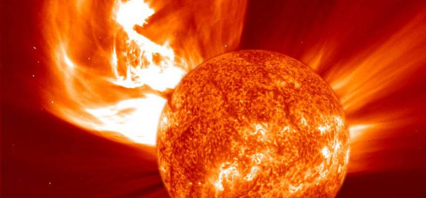 Удачное расположение космических зондов позволило зафиксировать невероятный выброс корональной массы на Солнце