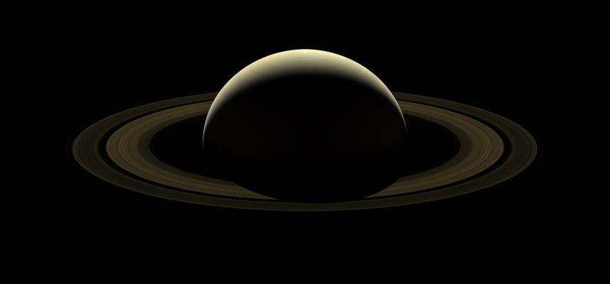 У Сатурна необычно аккуратное симметричное магнитное поле. Мы выяснили почему