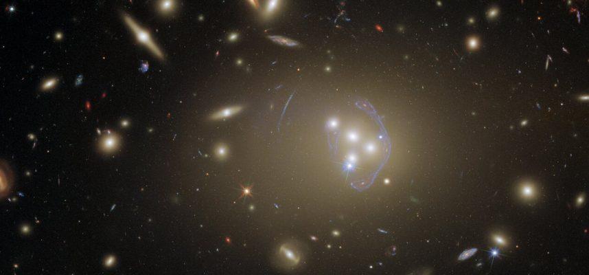 Погрузитесь в величественную фотографию целого скопления галактик, сделанную телескопом Хаббл