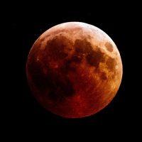 Завтра наступает полное лунное затмение, и оно действительно особенное
