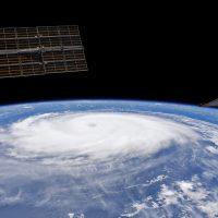 Невероятное видео с дрона показывает, каково быть внутри настоящего урагана
